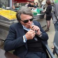 Gilbert Collard (avec deux N) s'allume un cigare